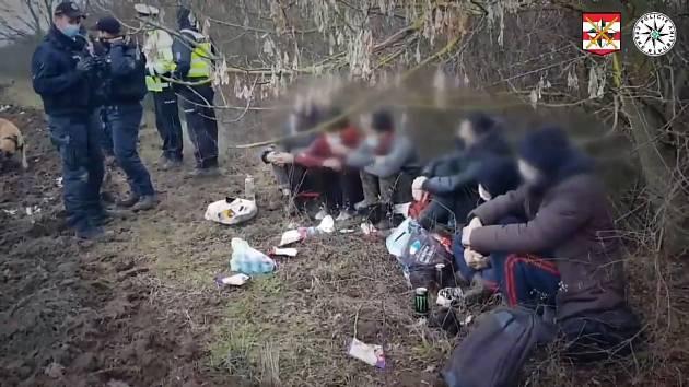 Pouť šesti migrantů pravděpodobně z Afghánistánu skončila nedaleko Vyškova. Podle svědků měli vyskákat z návěsu kamionu.