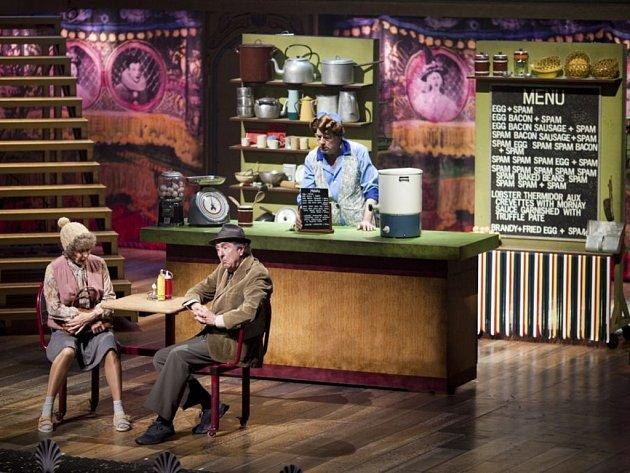 Snímky z právě uváděného představení Monty Python v Londýně.