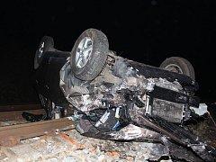 Řidič kvůli své nepozornosti sjel autem přímo do kolejiště.
