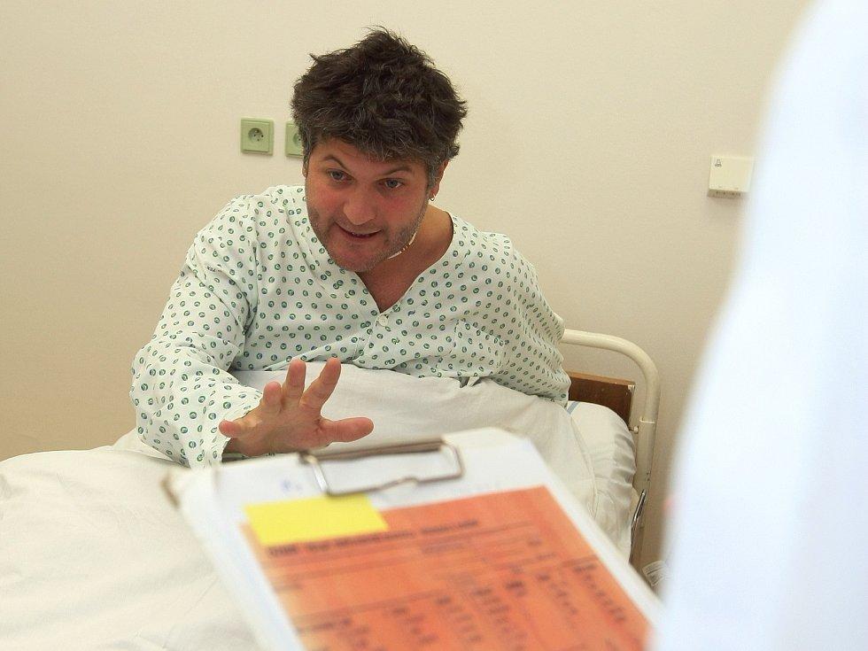 Rozčileného pacienta si zahrál ve vzorovém nemocničním pokoji Tomáš Sýkora z brněnského Divadla Husa na provázku.