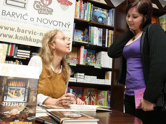 Knižní novinku Sex po telefonu představila v úterý odpoledne v Brně spisovatelka Irena Obermannová. V knihkupectví Barvič a Novotný v České ulici se devětačtyřicetiletá autorka zájemcům do knížky podepsala a krátce s nimi i pobesedovala.