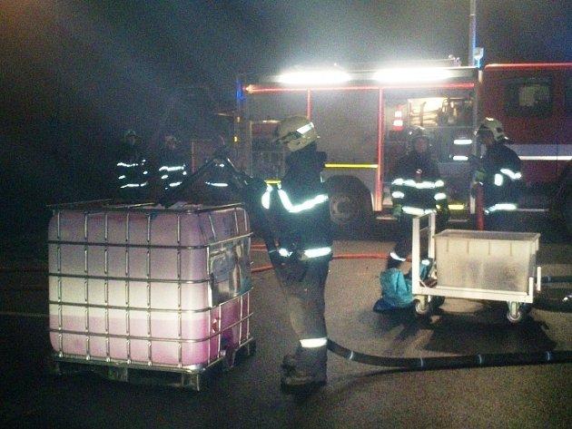 K úniku chemické látky z kontejneru ve skladovací hale v Průmyslové ulici v Pohořelicích na Brněnsku vyjížděli v noci na sobotu hasiči.