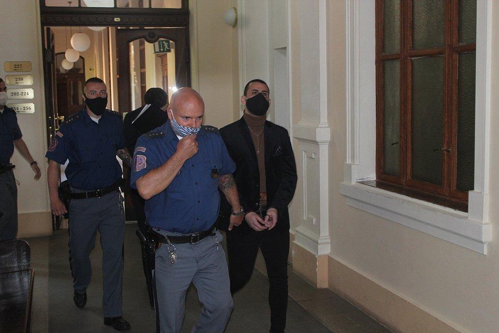 U Krajského soudu v Brně začal ve středu proces se čtyřmi mladíky, kteří čelí obžalobě z pokusu o brutální loupežnou vraždu. Mladého Vietnamce vylákali ven z bytu, zbili ho baseballovými pálkami, odvezli ho do lesa a tam mu dali drogu. Oloupili ho o 140 t