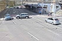 Hned několik nebzpečných situací způsobilo v pondělí dopoledne nikým neřízené auto na Moravském náměstí. Mini Cooper podélně zaparkovaný na chodníku v Kounicově ulici nedaleko křižovatky se z mírného kopce nečekaně rozjel.