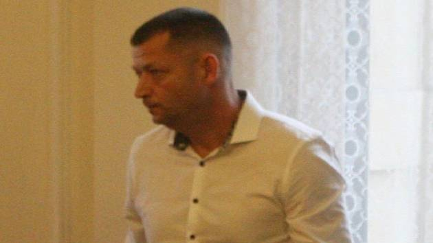 Bývalý starosta Němčiček na Břeclavsku Petr Slezák (v bílé košili) čelí u brněnského krajského soudu s Janem Odehnalem obžalobě z podvodů kvůli bobové dráze v Němčičkách.