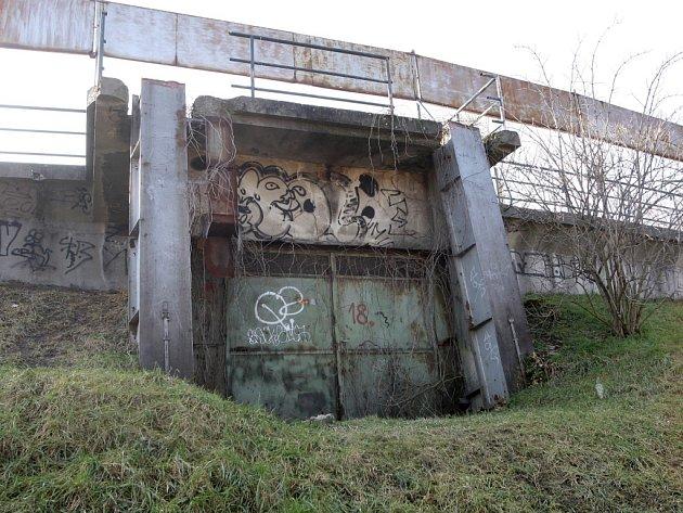 Polorozpadlý fotbalový stadion Za Lužánkami.