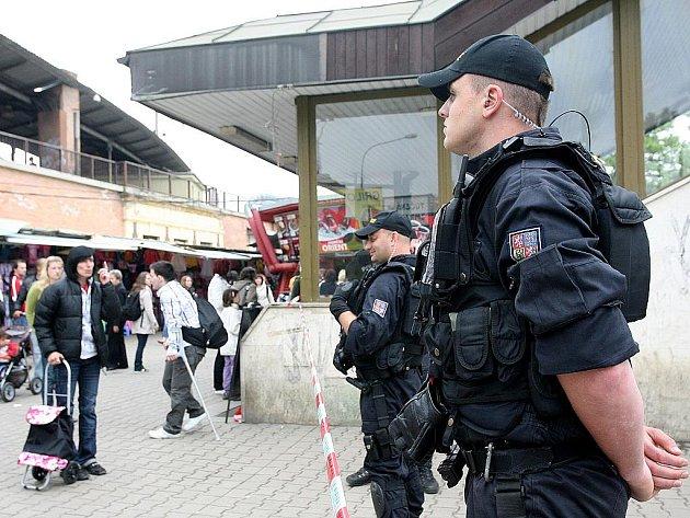 Bombové hlášení v brněnském obchodním centru Tesco.
