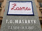 Modrobílá vyšívaná dečka, na ní červeným písmem: Žasnu, přilepená izolepou na sochu Tomáše Garrigua Masaryka. Takový pohled se naskytl kolemjdoucím na Komenského náměstí v Brně před Lékařskou fakultou Masarykovy univerzity.