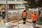 Stovky školáků musely v pátek krátce po začátku vyučování opustit školu v Brně-Bohunicích. Hasiči evakuovali základní a mateřskou školu i středí odbornou školu v Arménské ulici. Kvůli úniku plynu z výkopu.