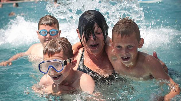 Vysoké teploty okolo třiceti stupňů Celsia vylákaly rodiče s dětmi k vodě.