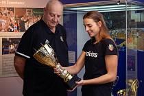 Výjimečný snímek v kalendáři Žabin. Klára Křivánková pózuje se svým dědou, legendárním hráčem i trenérem Janem Bobrovským.