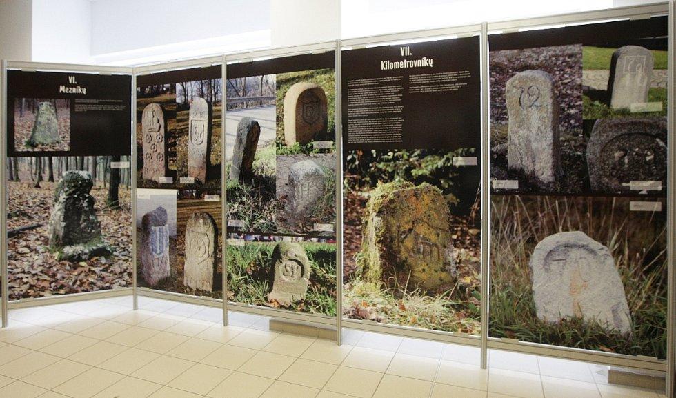 Hraniční kameny, patníky, rozcestníky nebo značky. Výstavu dopravního a územního značení pod tímto názvem si od úterý mohou prohlédnout návštěvníci brněnského Technického muzea.