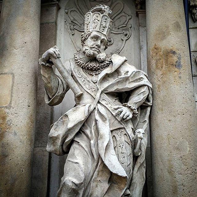 6.Podle některých v Brně již jedna socha Jošta Lucemburského je. Lidé na internetu vytváří netradiční fotografie a fotomontáže sochy Odvahy znázorňující Jošta Lucemburského.