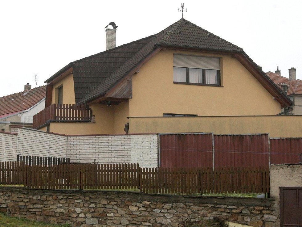 Dům ve Zbraslavi na Brněnsku, ve kterém se skrýval mladík se zbraněmi před policií.