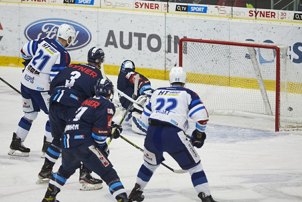 Hokejová Kometa Brno (v bílých dresech) uspěla na ledě Liberce 3:2 po samostatných nájezdech.