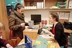 Redaktorka Deníku Rovnost Klára Čápová (vpravo) si na den vyzoušela práci tutora, který pomáhá studujícím cizincům.