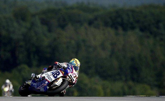 Karel Abraham při kvalifikačním závodě kubatury Moto2 na Grand Prix Brna 14. srpna v Brně.
