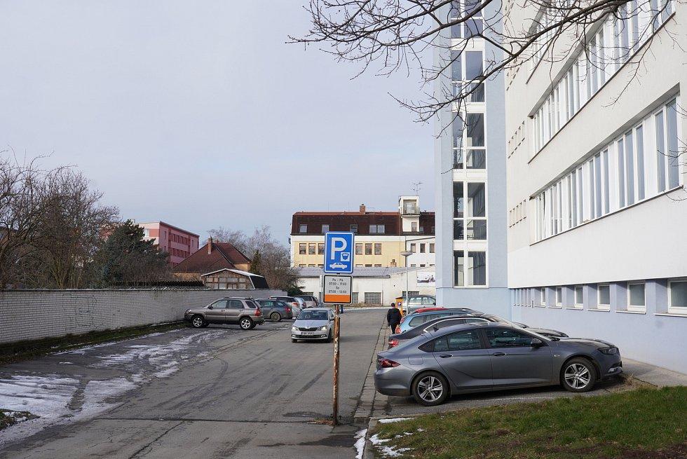 V Břeclavi je jako okresní očkovací centrum vytipováno pravé křídlo Domu školství. Parkoviště za budovou.