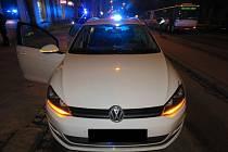 Nabourané auto, kterým se snažil řidič v Brně ujet policistům.