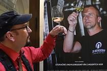 Vernisáž výstavy fotografií Jiřího Salika Slámy Příběhy moravských vinařů, která je v prostorách Krajského úřadu JMK.