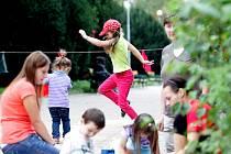 Třicet kilometrů. Tolik jich ve středu uběhli běžci v brněnském parku Lužánky. Charita Brno si tak připomněla dvacet let od svého založení.