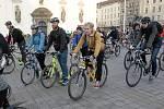 Téměř pět stovek mužů, žen a dětí v pátek vyrazilo z Moravského náměstí na první letošní cyklojízdu.