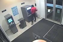 Policie hledá muže, který z cizí karty vybral tísíce korun. Pátrají také po možném svědkovi.