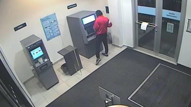 VIDEO: Kartu zapomněl u bankomatu. Někdo z ní muži vybral tisíce korun