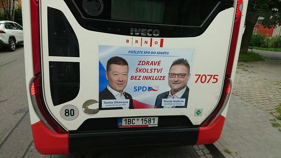 SPD láká na brněnských autobusech na heslo Zdravé školství bez inkluze. Slogan budí rozpaky.