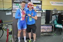 Z mistrovství světa v dráhové cyklistice v Hongkongu přináší exkluzivní zpravodajství sportovní redaktor Deníku Rovnost Jaroslav Kára (vpravo). Na snímku vedle bronzového medailisty Tomáše Bábka.