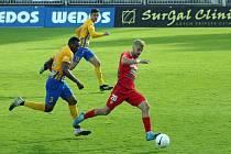 Fotbalový zápas mezi brněnskou Zbrojovkou (v červeném Jan Hladík) a SFC Opava