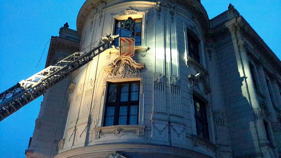 Uvolněný drát elektrického vedení na střeše gymnázia ve Vyškově.