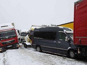Sníh a ledovka zaskočily řidiče. Hromadné nehody na dálnici D1