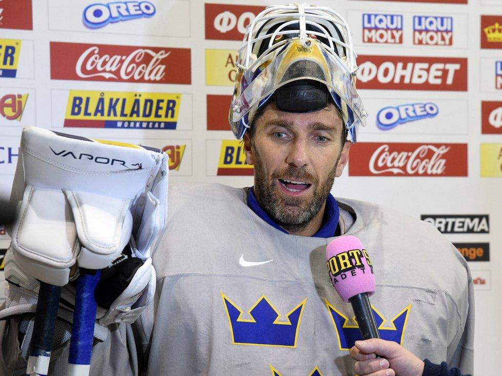 Hráči při rozbruslení - Henrik Lundqvist.
