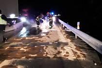 Na 169. kilometru D1 u Domašova se srazil kamion s osobním autem. Dálnice neprůjezdná. Foto: hasiči JMK