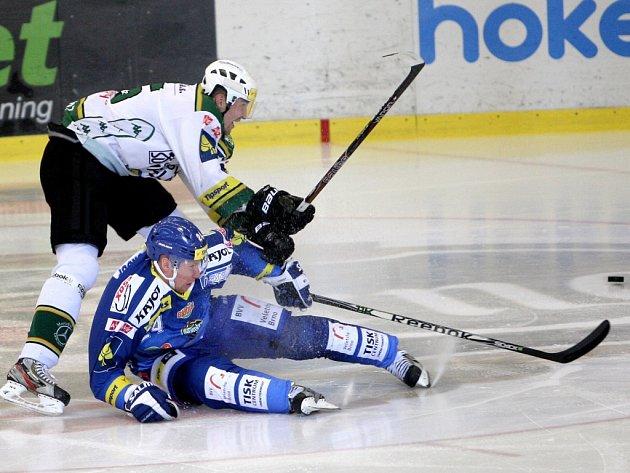 Kometa Brno (v modrém Miloslav Hořava) vs. Karlovy Vary (Petr Kumstát).