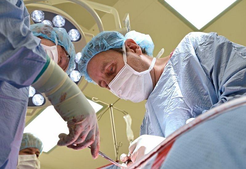 Fakultní nemocnice Brno se zapsala do dějin medicíny. Tamní ortopedové v pátek jako první na světě voperovali patnáctileté dívce páteř korigující implantát. Značně jí tak pomohli s léčbou skoliózy.