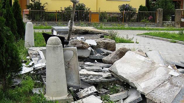 Památník padlých padl za oběť noční jízdě opilého řidiče. Ten nezvládl svůj vůz a pomník v brněnských Soběšicích zcela zdemoloval.