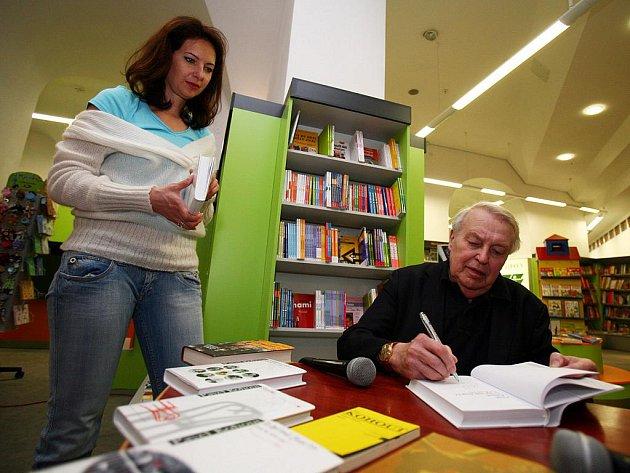 Spisovatel Pavel Kohout se v pátek odpoledne podepisoval Brňanům v nově otevřeném knihkupectví Librex 06.