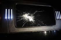 Muž hodil zavařovací sklenici po limuzíně.