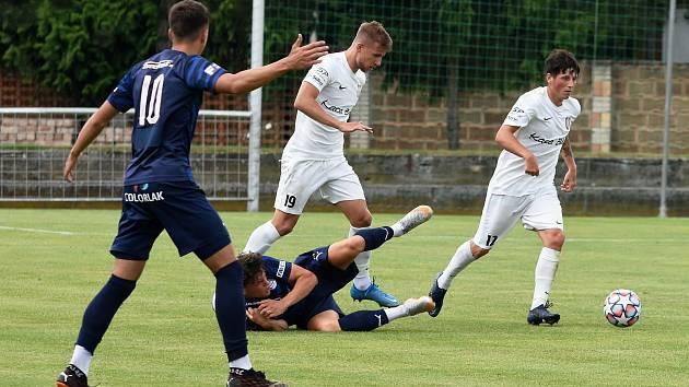 Lanžhotští fotbalisté (v bílém) hráli v přípravě i s třetiligovým Slováckem B, kterému podlehli 1:2. V poháru narazí na Hodonín.