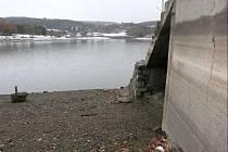 Polovypuštěná brněnská přehrada