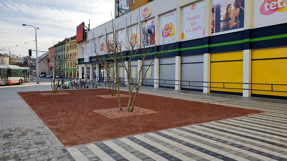 Nově upravené prostranství před supermarketem Albert na Mendlově náměstí v Brně.
