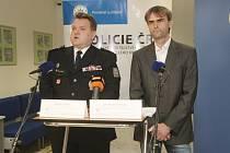 Ředitel Krajského ředitelství PČR JMK Leoš Tržil (vlevo) a ředitel Útvaru pro odhalování organizovaného zločinu Robert Šlachta.