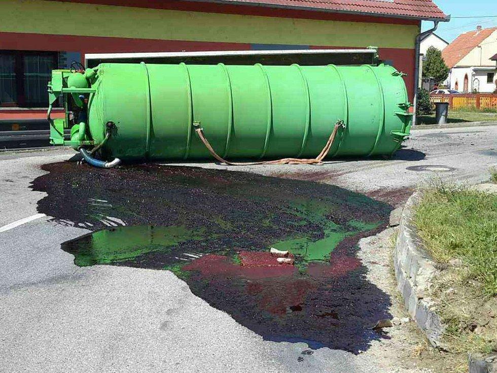 Z převrácené cisterny vyteklo na silnici v pohořelické místní části Smolín asi tři tisíce litrů tekutiny.