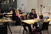 Lidé si v brněnské Vida Centru tvořili vlastní lampičky s tématikou robotů.