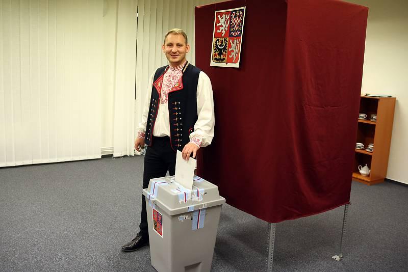 Starosta z Branišovic na Pohořelicku Marek Sovka přišel volit v kroji.