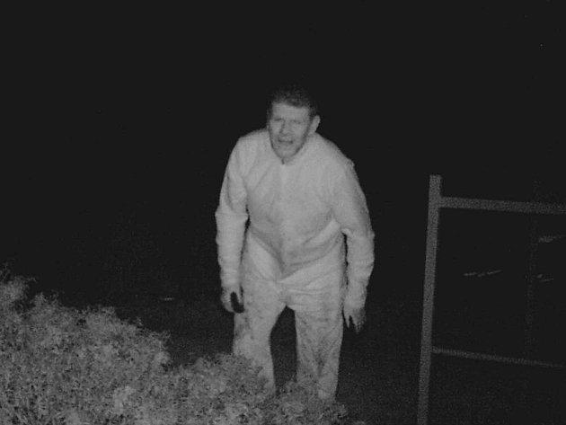 V Mokré-Horákově zloděj ukradl pneumatiky za milion, policie po něm pátrá