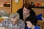 Redaktorka deníku Rovnost si v dalším díle seriálu Na den (s) vyzkoušela práci s důchodci v denním stacionáři. Pomáhala jim s tvořivými činnostmi, cvičením a tréninkem paměti.