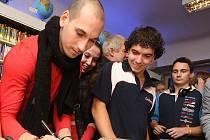 Závodník Pešek (vlevo ) rozdával podpisy.